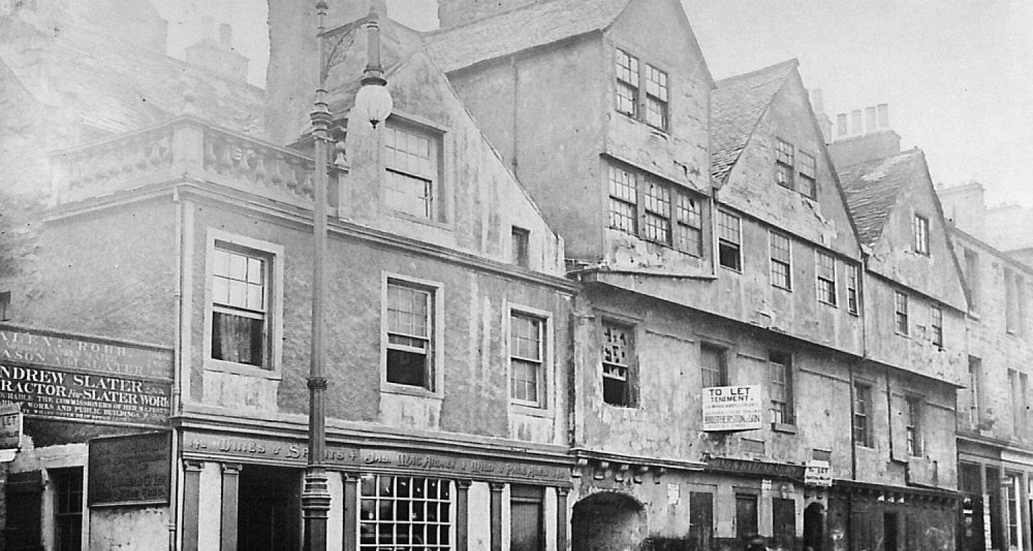 Huntly House in a state of disrepair in the 1920s