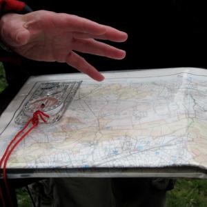 Explaing how to set the map to compass and ground